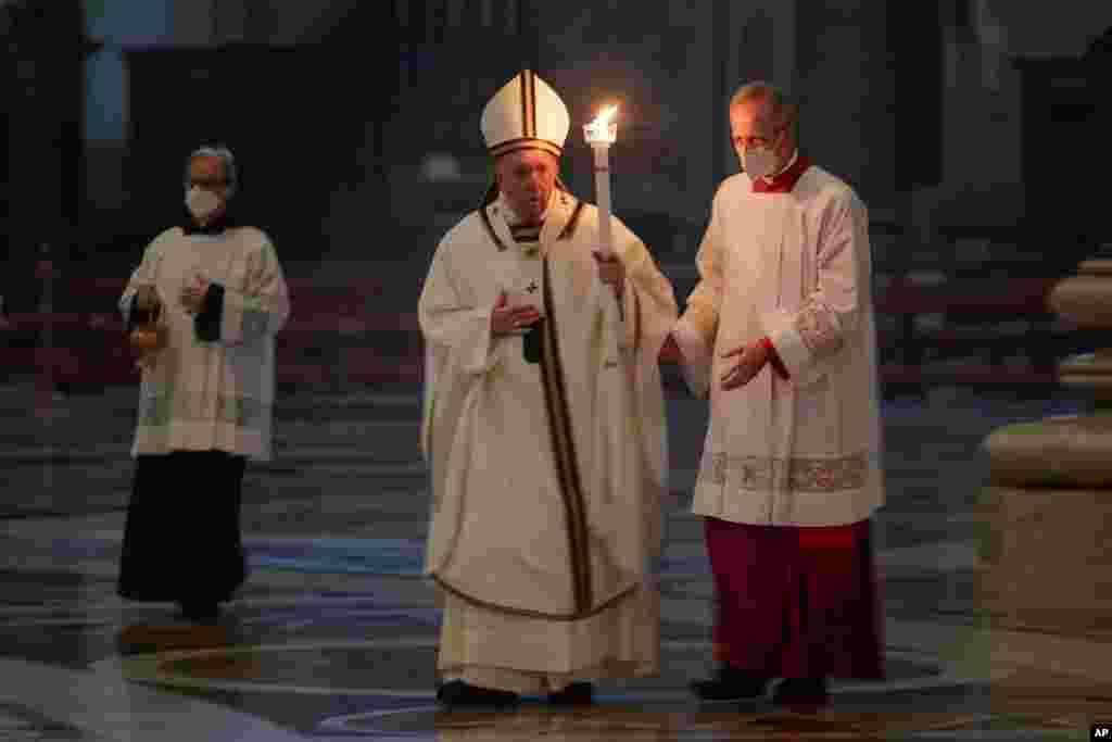 바티칸 성베드로대성당에서 열린 봉헌 축일의 날 기념 미사에서 프란치스코 교황이 촛불을 들고 입장하고 있다.