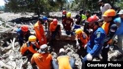 Tim SAR Gabungan melakukan pencarian korban di desa Radda, Luwu Utara, Sulawesi Selatan,17 Juli 2020. Foto: Basarnas Makassar