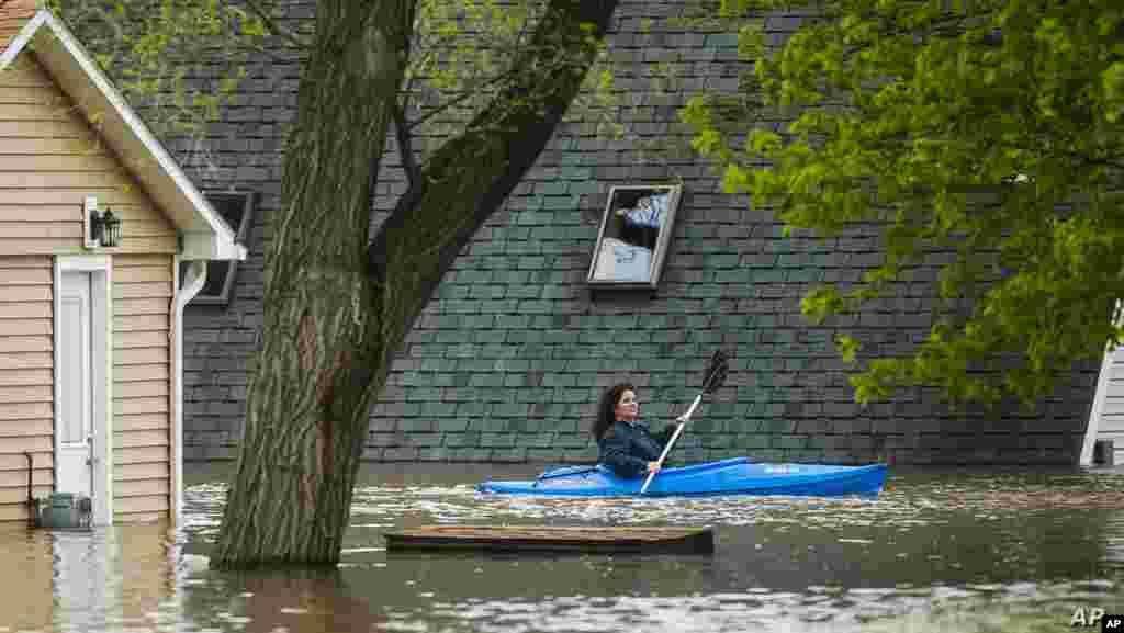 미국 미시간주에서 폭우로 인해 댐 2곳이 범람해 인근 마을 주민들이 대피한 가운데 피해 마을 주민이 카약을 타고 이동하고 있다.