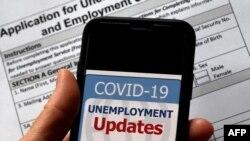 En esta foto de ilustración tomada el 8 de mayo de 2020, se muestra un logotipo de Actualizaciones de asistencia por desempleo de COVID-19 en un teléfono inteligente en el contexto de una solicitud de desempleo beneficios, en Arlington, Virginia.