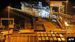 تریلی ها از نخستین شناوری که پس از پایان دوره گذار با اتحادیه اروپا به بندر دوور رسیده است خارج می شوند. اول ژانویه ۲۰۲۱