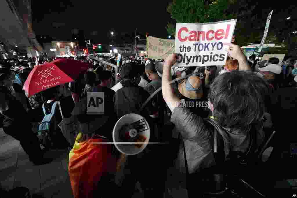 2020 하계 올림픽 개막식이 열리는 일본 도쿄 국립경기장 근방에서 올림픽 반대 시위가 열렸다.