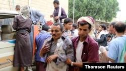 Čoveka povređenog u vazdušnom napadu na pijacu u Jemenu u pokrajini Sada dovode u bolnicu, 29. jula 2019.
