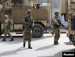کابل میں دہشت گرد حملے کے بعد سیکیورٹی اہل کاروں نے علاقے کو گھیرے میں لیا ہوا ہے۔ 6 مارچ 2020