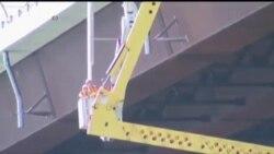 Двајца работници беа спасени по падот на кран на мост над реката Саконет во сојузната држава Род Ајленд