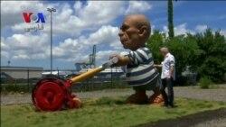 مجسمه ای از پیکاسو با تیشرت معروفش در حال زدن چمن در نیویورک