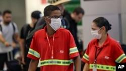 在巴西圣保罗国际机场,工作人员戴着口罩预防新冠病毒传播。(2020年2月26日)