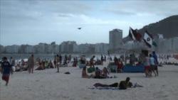 พักผ่อนจากฟุตบอลโลกที่ชายหาดโคปาคาบาน่าในบราซิล
