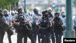 Efectivos del orden responden a las protestas de los manifestantes cerca de la estación policial en Minneapolis, que desde el 25 de mayo reclaman justicia por la muerte del afroamericano George Floyd en una céntrica calle de la ciudad.