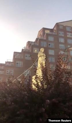 美国抗议者推倒了巴尔的摩的一座哥伦布塑像。