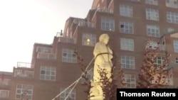 在巴爾的摩市被人推倒的哥倫布雕像