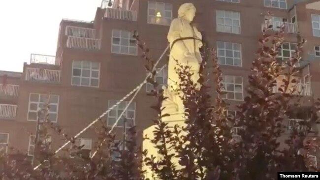 Tượng Christopher Columbus bị giật đổ ở Baltimore.