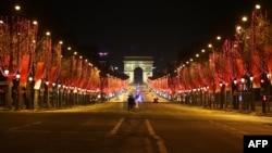 រូបឯកសារ៖ វិថី Champs Elysee នៅក្នុងទីក្រុងប៉ារីស ក្នុងឱកាសចូលឆ្នាំសាកលកន្លងទៅនេះ មានភាពស្ងប់ស្ងាត់ ដោយសារមានបំរាមគោចរចាប់ពីម៉ោង៨ល្ងាច ដល់ម៉ោង៦ព្រឹក នៅក្នុងប្រទេសបារាំង ដើម្បីបញ្ជៀសរលកទីបីនៃការរាតត្បាតដោយជំងឺកូវីដ១៩។