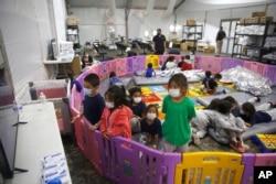 Anak-anak migran Amerika Tengah tanpa pendamping di penampungan sementara fasilitas imigrasi AS di Rio Grande Valley di kota Donna, Texas.