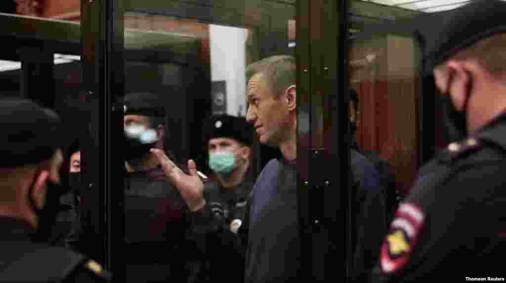 독일서 독극물 중독 치료를 마치고 귀국한 뒤 체포된 러시아 야권 지도자 알렉세이 나발니가 모스크바 법원에서 나오고 있다. 나발니는 그의 독일 체류가 지난 2014년 사기 혐의로 받은 유죄 판결과 관련한 집행유예 조건 위반이란 이유로 2년 6개월 징역형을 선고받았다.