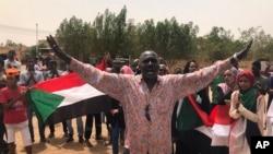 Un manifestant soudanais crie des slogans lors d'une manifestation contre le conseil militaire, à Khartoum (Soudan), le 30 juin 2019.