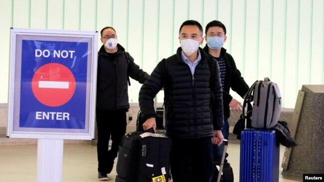 ARCHIVO-Pasajeros de Shanghai arriban al aeropuerto Internacional de Los Angeles, antes que se impusieran restricciones por el coronavirus. Enero 26 de 2020.