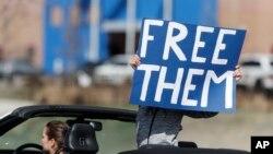 Một người biểu tình cầm biểu ngữ yêu cầu trả tự do cho di dân bị tạm giam tại Aurora, Colorado vì dịch bệnh COVID-19 bùng phát.