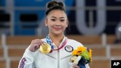 La medallista de oro Sunisa Lee de los Estados Unidos muestra su medalla para la gimnasia artística femenina en los Juegos Olímpicos de Verano de 2020, el jueves 29 de julio de 2021 en Tokio. (Foto AP / Gregory Bull)