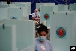 9일 미국 네바다주 라스베이거스에서 유권자가 투표를 하고 있다.