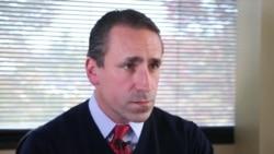 乔书亚·凯格尼在维吉尼亚州费尔法克斯县帮助刑满释放的犯人重新融入社会的非盈利组织担任监狱项目协调人