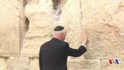 Mike Pence se recueille devant le mur des Lamentations (vidéo)
