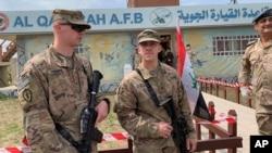 2020年3月27日美国军人在伊拉克摩苏尔南部举行交接仪式