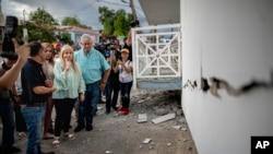 Gouvènè Wanda Vazquez kap enspekte domaj tranblemanntè a fè nan vil Ganica, Puerto Rico.