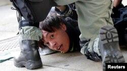 Policija hapsi demonstranta tokom antivladinih protesta u Hong Kongu, Kina, 10. novembra 2019.