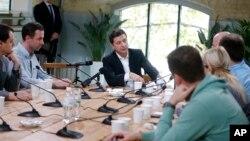 2019年10月10日乌克兰总统泽连斯基在乌克兰基辅与记者交谈。
