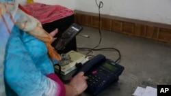 پیر کے روز 72 دنوں بعد جموں و کشمیر میں پوسٹ پیڈ موبائل سروس بحال کی گئی ہے۔ (فائل فوٹو)