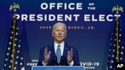 El proyectado presidente electo Joe Biden, junto a la vicepresidenta electa Kamala Harris, habla el lunes 9 de noviembre de 2020 en Wilmington, Delaware. [Foto: AP]