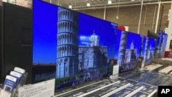 Un cartel muestra el precio de un televisor de 65 pulgadas entre otros productos en una tienda de electrodomésticos en Loen Tree , Colorado.