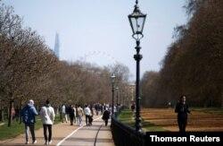 Una mujer corre por Hyde Park, en Londres, el domingo 4 de abril de 2021.