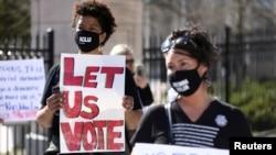 Demonstranti okupljeni ispred državne skupštine u Atlanti protestuju zbog zakona kojim se uvode veće restrikcije na glasanje u Džordžiji. Foto: ARHIVA.