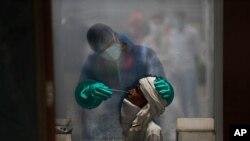6일 인도 뉴델리의 병원에서 시민이 신종 코로나바이러스 감염증(COVID-19) 검사를 받고 있다.