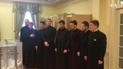 Семінаристи УПЦ у США виконують гімн України на виборчій дільниці у Вашингтоні. Відео