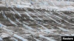 Arhiva - Na ovoj fotografiji iz 20. juna 2021. vidi se tim spasilaca tokom potrage za ostacima avioa na glečeru, nedaleko od Ankoredža, Aljaska.