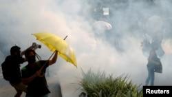 ພວກປະທ້ວງຕໍ່ຕ້ານ ລັດຖະບານ ແມ່ນເຫັນໄດ້ວ່າ ປົກຄຸມດ້ວຍແກັສນ້ຳຕາ ໃນລະຫວ່າງການປະທ້ວງ ຢູ່ໃນເຂດທ່ອງທ່ຽວ Tsim Sha Tsui ຂອງຮົງກົງ, ທີ່ຄອບຄອງ ໂດຍ ຈີນ ວັນທີ 27 ຕຸລາ 2019. REUTERS/Umit Bektas