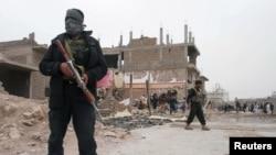 阿富汗警察3月13日在赫拉特省的汽車炸彈攻擊現場。