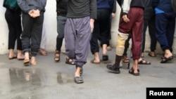 Para tahanan yang diyakini anggota ISIS, tampak di lapas Hasaka, Suriah, 11 Januari 2020. (Foto: Reuters)