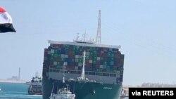 El barco mercante Ever Given navega por el centro de la vía acuática después de haber sido reflotado en el Canal de Suez, Egipto, el 29 de marzo de 2021.