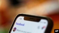 Un teléfono inteligente muestra una página de Facebook en una foto tomada el 11 de agosto de 2019.