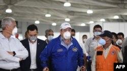 El presidente guatemalteco Alejandro Giammattei visita el hospital de campaña establecido para tratar el COVID-19, en la Ciudad de Guatemala el 21 de marzo de 2020.
