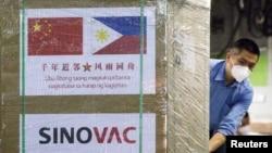Vaccine CoronaVac của công ty Sinovac Trung Quốc được máy bay quân sự Trung Quốc chở đến căn cứ không quân Villamor ở Pasay, Manila, Philippines, ngày 28/2/2021.