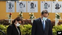 La exministra de Salud de Perú, Pilar Mazzetti, y el entonces presidente del país andino, Martín Vizcarra, durante una ceremonia en honor al personal sanitario, en Lima, el 13 de agosto de 2020.