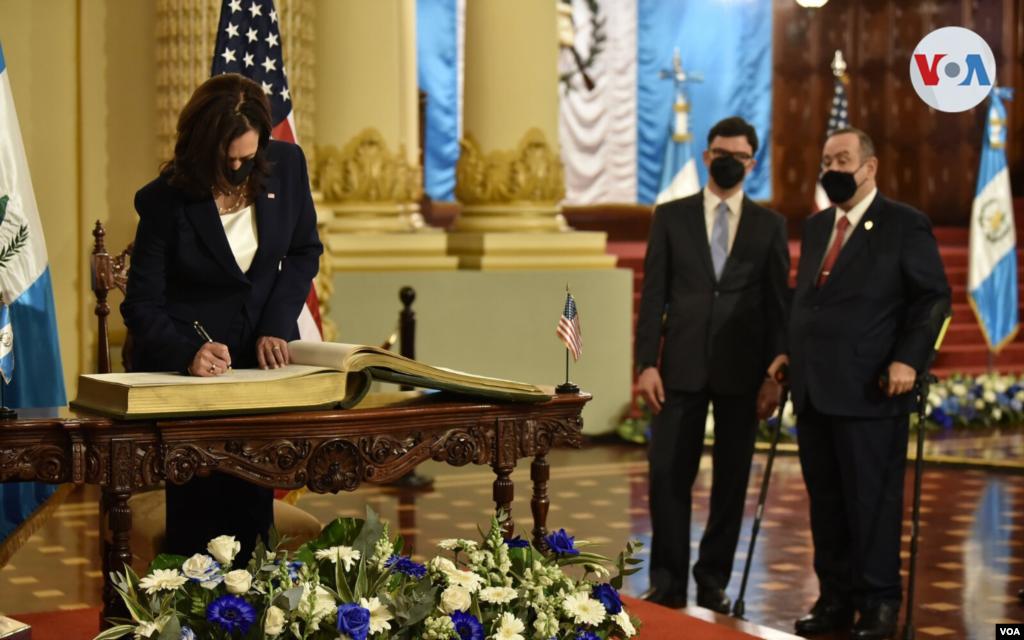 Harris desea asegurar compromisos para una mayor cooperación en seguridad fronteriza e inversión económica, pero la corrupción en la región es uno de sus principales retos. Foto: Presidencia de Guatemala