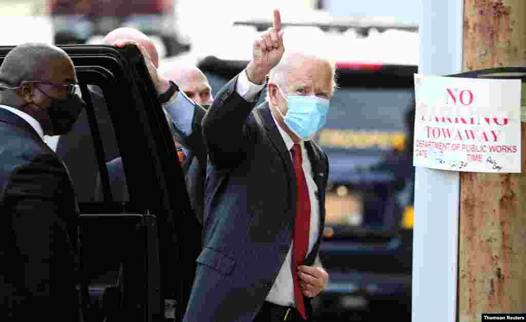 조 바이든 미국 민주당 대통령 후보가 주지사들과의 화상 회의를 위해 델라웨어주 월밍턴의 퀸스 극장에 도착했다.