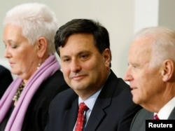 Tư liệu - Phối hợp viên chống Ebola Ron Klain (C) và Phó TT Mỹ Joe Biden (phải) và Phụ tá đặc biệt của TT Gayle Smith (trái) tại Tòa Bạch Ốc dưới quyền TT Obama. Ông Klain vừa được TT tân cử Biden chọn làm Chánh Văn phòng Tòa Bạch Ốc sau bầu cử Mỹ 2020.
