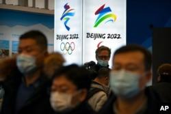 Para pengunjung mengenakan masker saat menyaksikan pameran di lokasi penyelenggaraan Olimpiade Musim Dingin di Yanqing, di pinggiran Beijing, 5 Februari 2021. (Foto: dok)